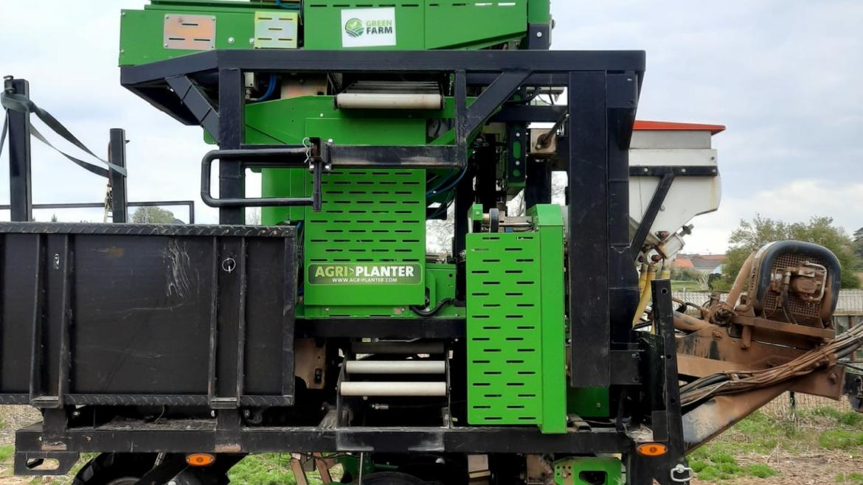 Automatische plantmachine in actie